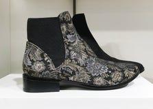 Chaussures à la mode sur les rayons de magasin en gros plan Photos libres de droits