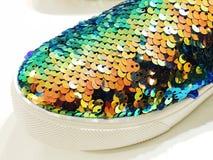 Chaussures à la mode sur les rayons de magasin en gros plan Photo libre de droits