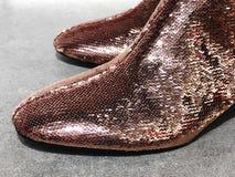 Chaussures à la mode sur les rayons de magasin en gros plan Images libres de droits