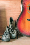 Chaussures à un mur en bois Image stock