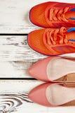 Chaussures élégantes du ` s d'espadrilles et de femmes Image libre de droits