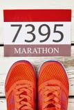 Chaussures élégantes et nombre de sport Photographie stock