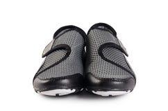 Chaussures élégantes noires de sport de femmes d'isolement Image stock