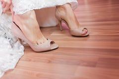 Chaussures élégantes pour la jeune mariée Photo stock