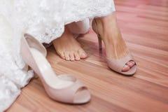 Chaussures élégantes pour la jeune mariée Image libre de droits