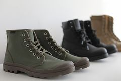 Chaussures élégantes sur l'étagère Photo stock