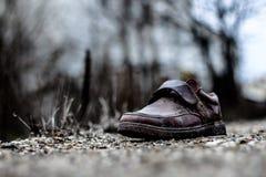 Chaussures abandonnées de déchets extérieures image libre de droits