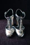 Chaussures argentées de jeune mariée Images stock