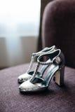 Chaussures argentées de jeune mariée Images libres de droits