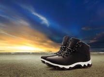 Chaussures au ciel et à la route de coucher du soleil photographie stock