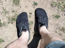 Chaussures aux pieds nus portées avec des shorts et des jambes nues images stock