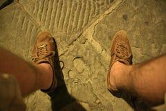Chaussures avec des pieds photographie stock