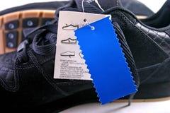 Chaussures avec l'étiquette bleue Images libres de droits