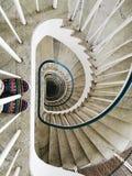 Chaussures avec le modèle coloré sur tourbillonner vers le bas escaliers Image stock