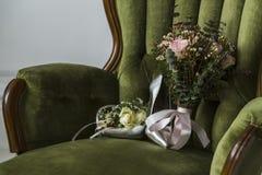 Chaussures avec un bouquet de mariage Images libres de droits