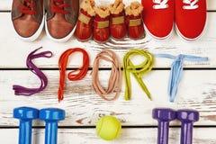 Chaussures, balle de tennis et haltères Photos libres de droits