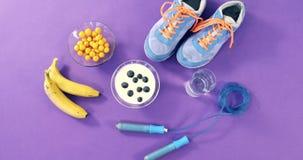Chaussures, banane, verre d'eau, corde à sauter et petit déjeuner banque de vidéos
