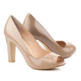 Chaussures beiges de talon haut d'isolement sur le fond blanc Photographie stock