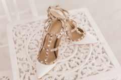 Chaussures blanches élégantes fraîches pour des femmes Plan rapproché photographie stock