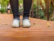 Chaussures blanches au sol Photographie stock libre de droits