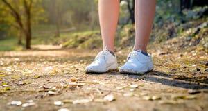 Chaussures blanches au sol avec la lumière molle Photo libre de droits