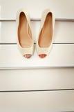 Chaussures blanches de jeune mariée Photos stock