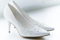 Chaussures blanches de la mariée Photographie stock