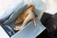 Chaussures blanches de mariage images stock