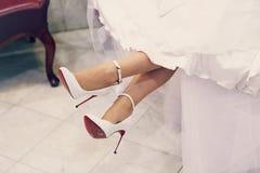 Chaussures blanches de mariage photo libre de droits