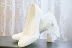 Chaussures blanches nuptiales Chaussures blanches de mariage image libre de droits