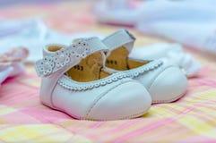 Chaussures blanches pour le bébé Photo libre de droits