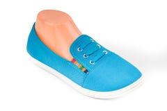 Chaussures bleues bon marché de sport d'isolement sur le blanc Photo stock