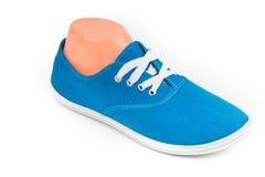 Chaussures bleues bon marché de sport d'isolement sur le blanc Image stock