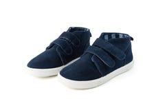 Chaussures bleues d'enfant d'isolement sur le blanc Image stock