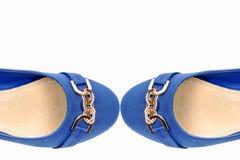 Paires de chaussures bleues d'isolement sur un fond blanc Image stock
