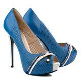 Chaussures bleues de femmes de talon haut d'isolement sur le fond blanc Image libre de droits