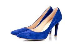 Chaussures bleues de femmes de talon haut d'isolement sur le fond blanc photo libre de droits