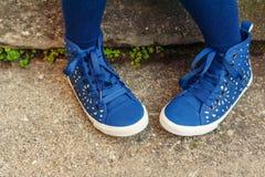 Chaussures bleues de mode sur les pieds de l'enfant Images libres de droits