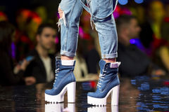 Chaussures bleues de piste de défilé de mode belles photos stock