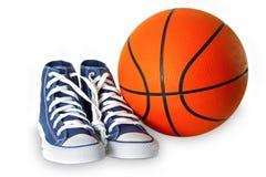 Chaussures bleues et basket-ball de sport Photos libres de droits