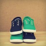 Chaussures bleues et vertes. Images stock