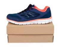Chaussures bleues femelles de sport avec la boîte d'isolement sur le fond blanc Image libre de droits