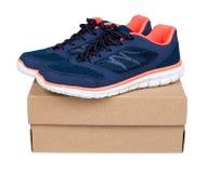 Chaussures bleues femelles de sport avec la boîte d'isolement sur le fond blanc Photographie stock libre de droits