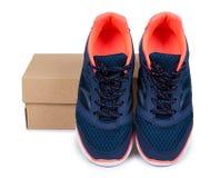 Chaussures bleues femelles de sport avec la boîte d'isolement sur le fond blanc Image stock