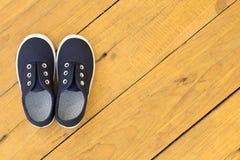 Chaussures bleues sur le plancher en bois Images stock