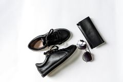 Chaussures, bourse et lunettes de soleil noires avec les lentilles noires sur un fond clair photo stock