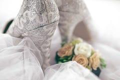 Chaussures brillantes texturisées de jeune mariée Photographie stock libre de droits