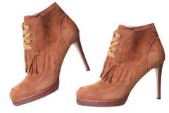 Chaussures brunes de paires de talon haut de suède d'isolement Photographie stock libre de droits