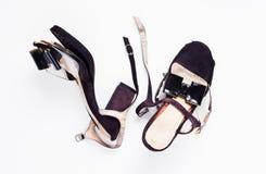 Chaussures cassées femelles de talon haut sur le blanc image libre de droits