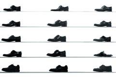 Chaussures classiques d'hommes montrées sur des étagères de boutique Photographie stock libre de droits